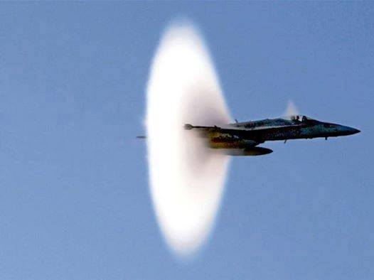 Avion de chasse dépasse le mur du son