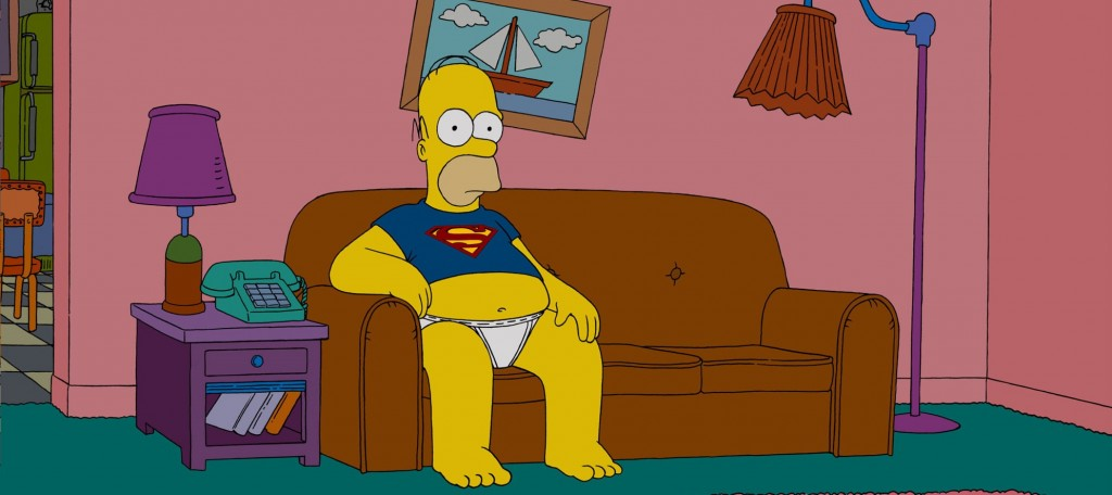 Homer Simpson sur le canapé devant la TV en superman